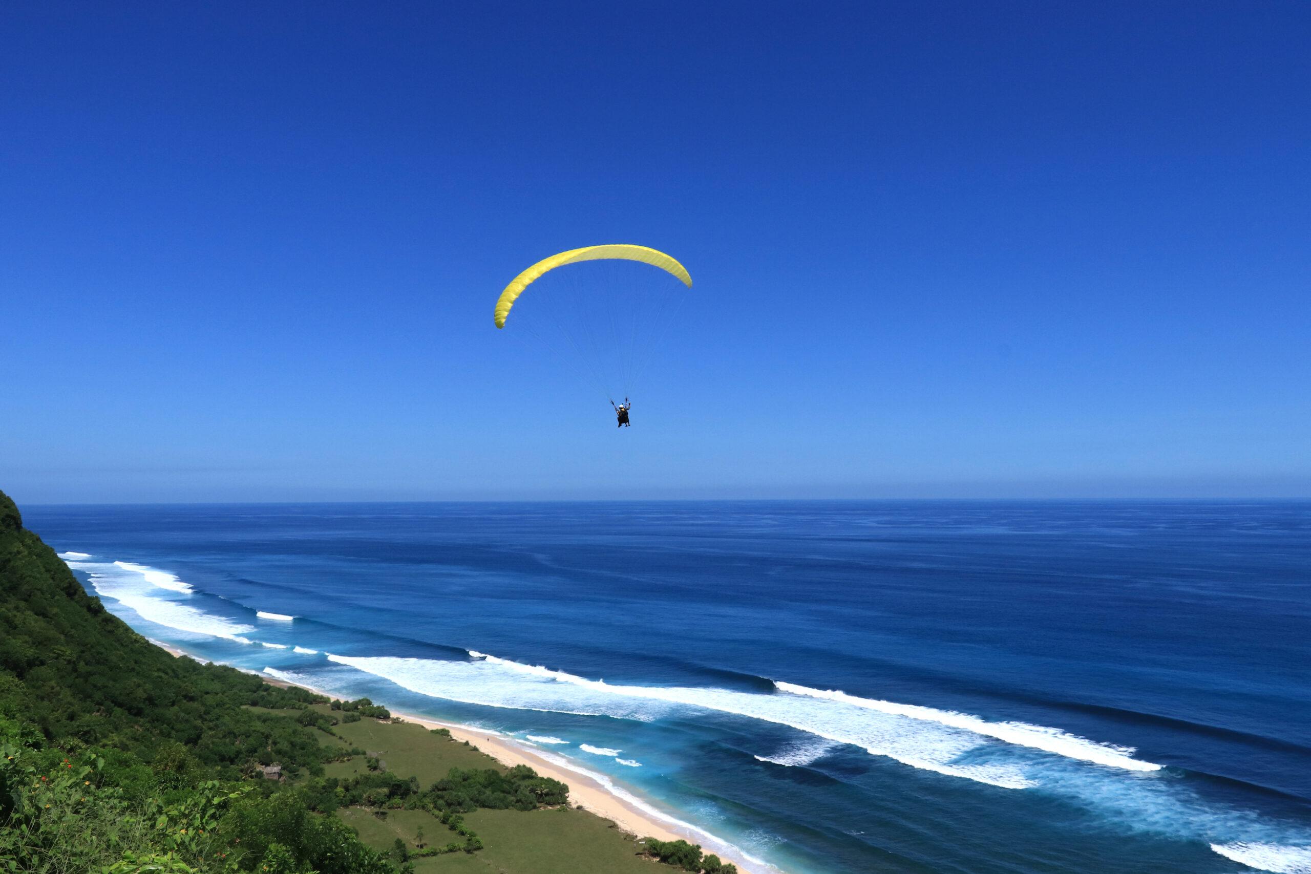 Paralayang di langit Selatan Pulau Bali