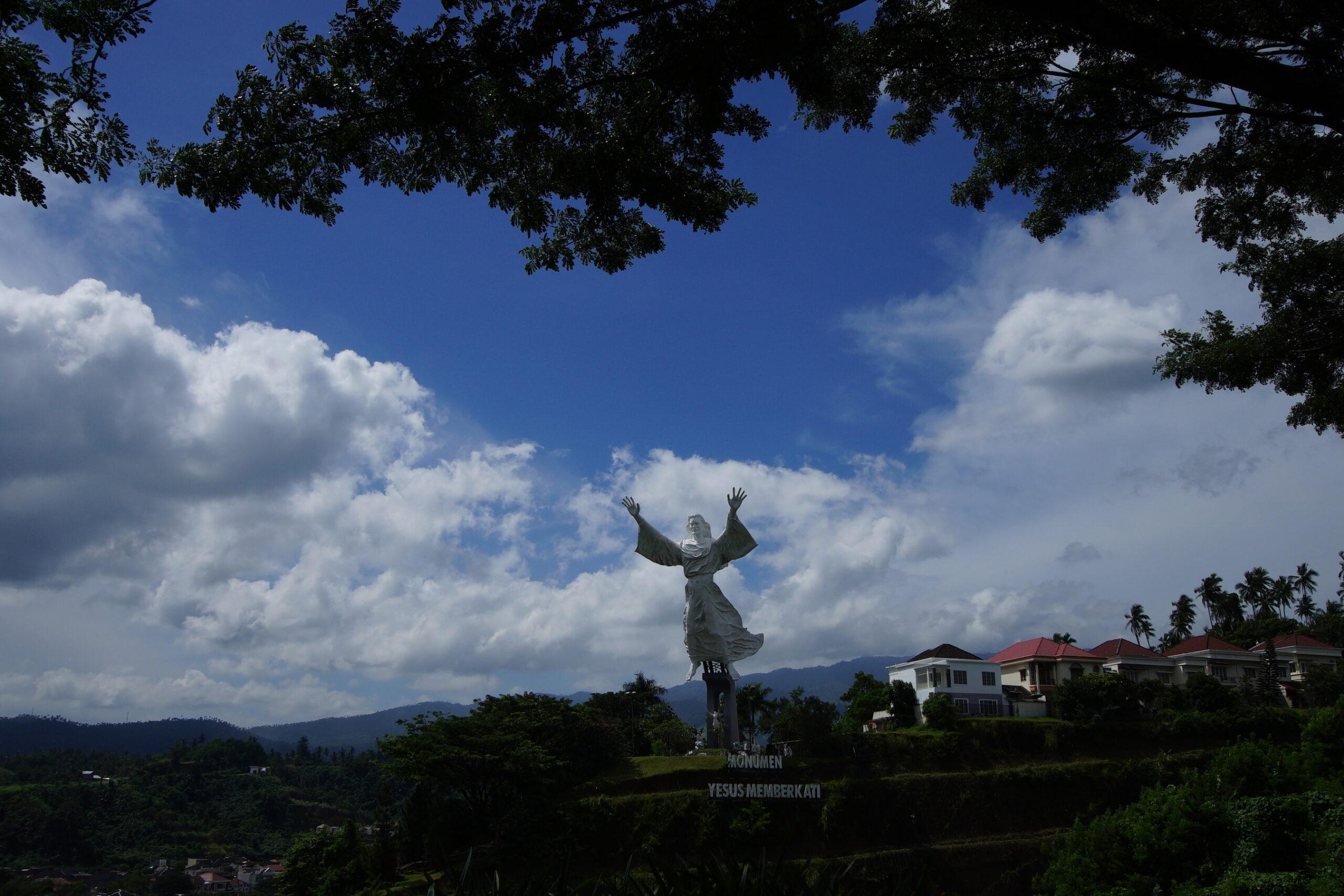 Patung Yesus salah satu wisata religi Tomohon