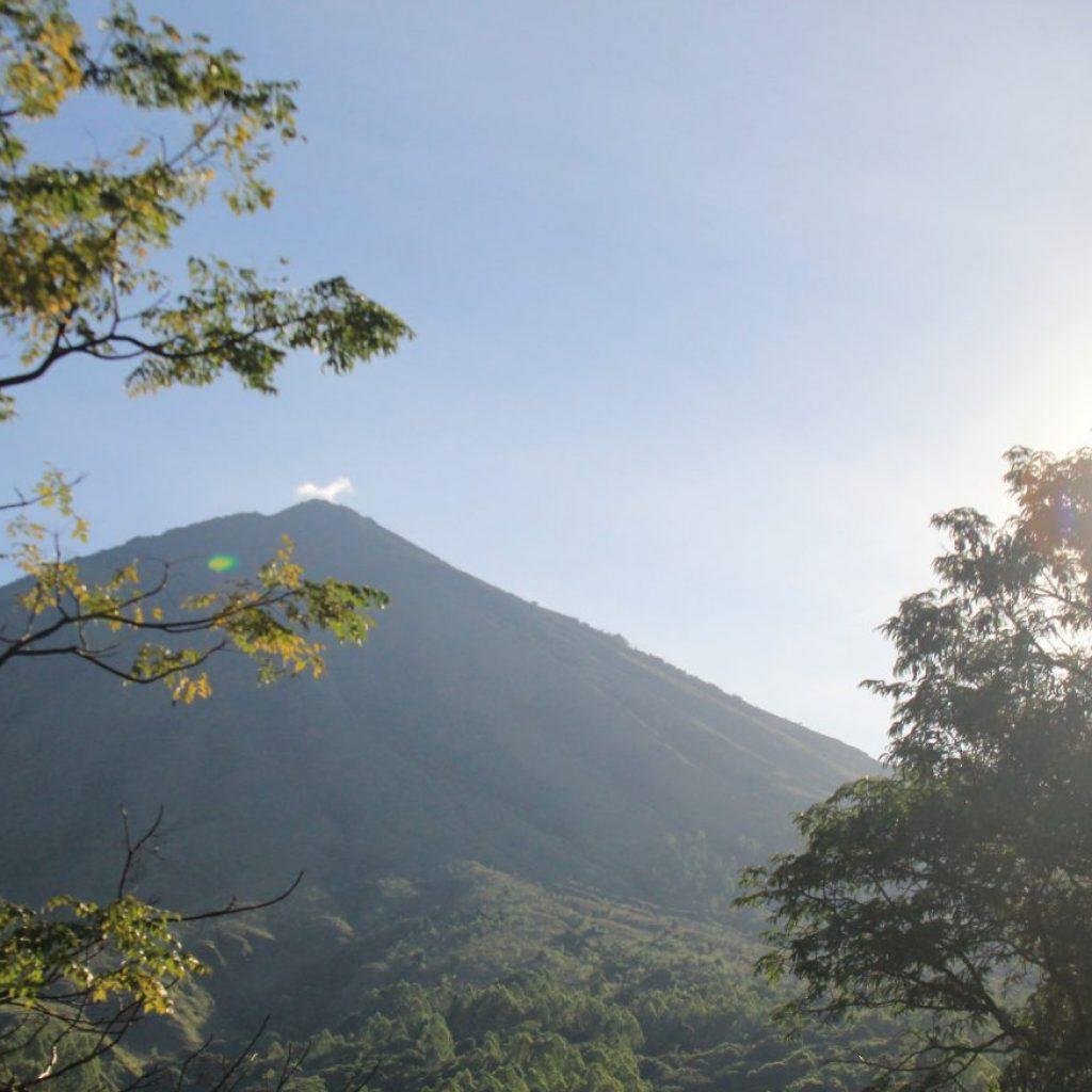 Kampung Bena Flores dengan gunung Inerie-nya