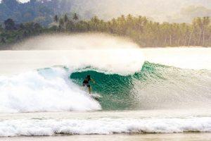 Ombak dan Peselancar di Mentawai james donaldson unsplash