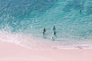 Pantai Pandawa Bali dengan orang-orang Berenang