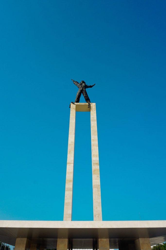 Patung Bebaskan Irian aditya cs unsplash