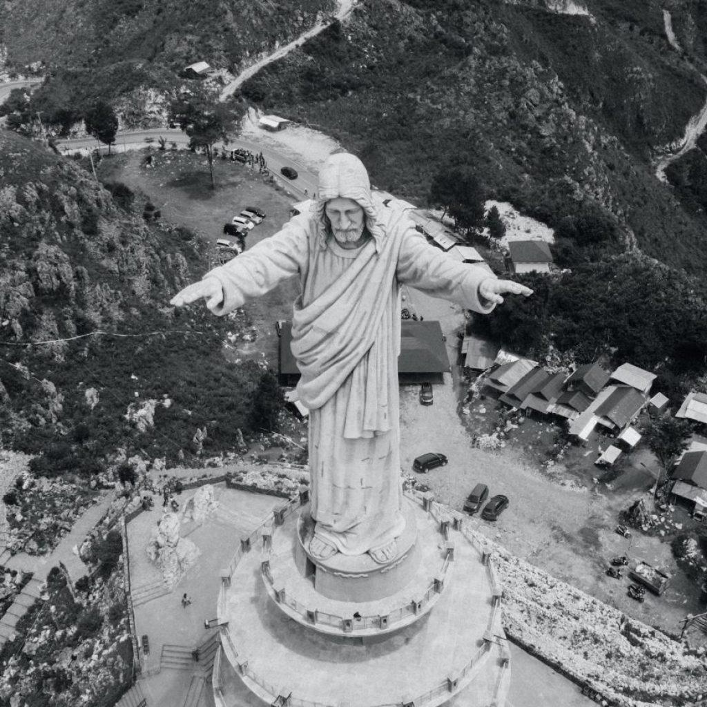 tana Toraja dengan Patung Yesusnya