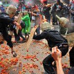 Tradisi tawuran salah satunya Perang Tomat ala Lembang