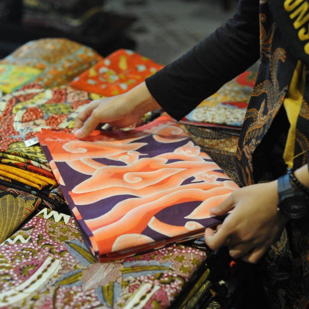 Batik Cirebon Motif Megamendung warna oranye