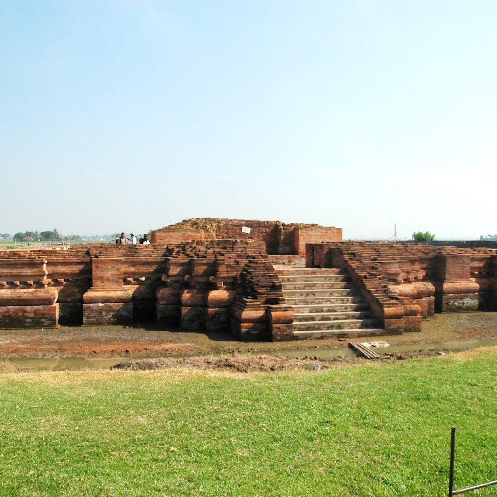 Kerajaan Tarumanagara meninggalkan sejumlah candi dan prasasi, salah satunya adalah Candi Blandongan.