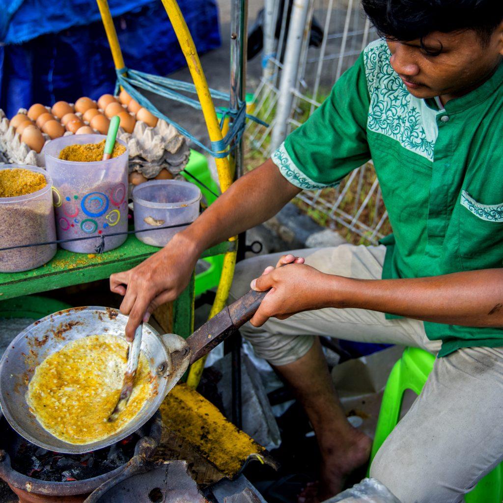 kerak telor Betawi awalnya dibuat atas permintaan masyarakat Belanda, sempat dianggap sebagai omellette rasa lokal.