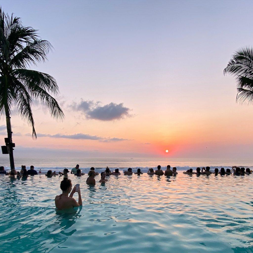 Menteri Wishnutama mengumumkan rencana pemerintah membuat program book now travel later untuk membantu pelaku indstri pariwisata.