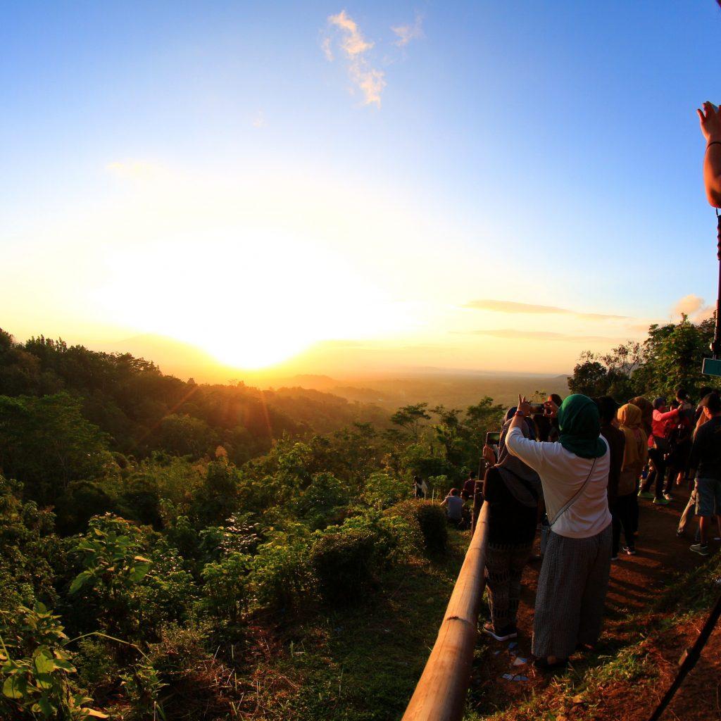 Punthuk Setumbu, sebuah bukit di barat candi Borobudur. Sebuah tempat untuk menyaksikan matahari terbit dengan pemandangan Borobudur.