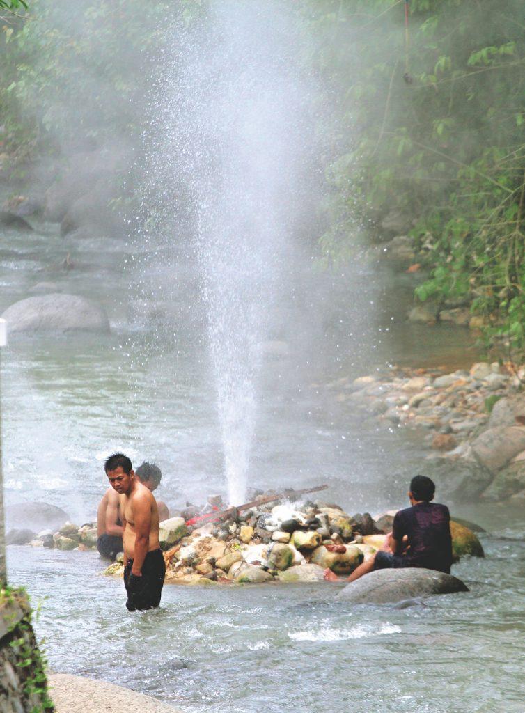Keunikan 3 sungai di Indonesia, salah satunya sungai Cisolok di Sukabumi yang memiliki semburan air panas.