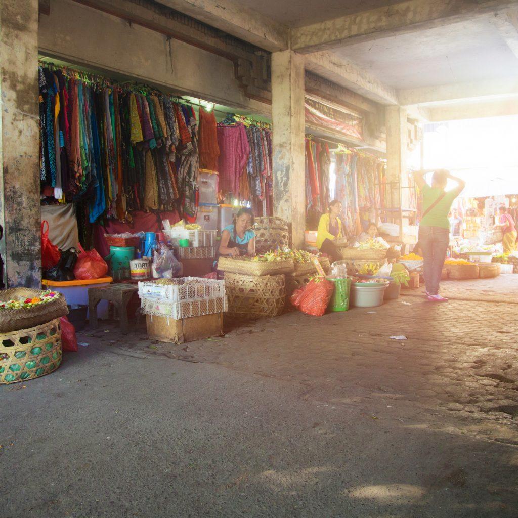 Keheningan Ubud juga bisa dinikmati di Pasar Ubud yang orang-orangnya begitu ramah.
