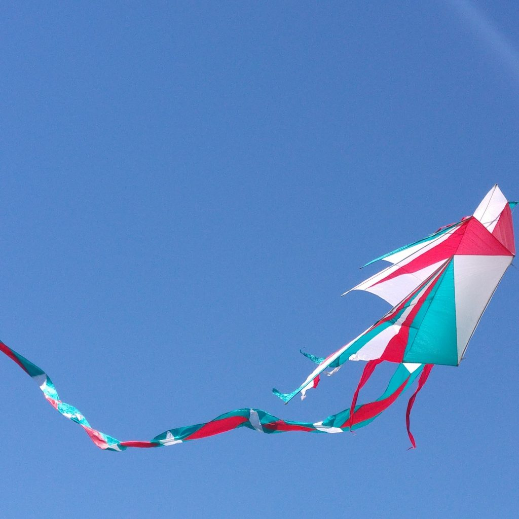 Layang-layang tali 4 merupakan permainan yang membutuhkan skill yang mumpuni untuk dapat menguasai layang-layang yang menudara melawan angin.