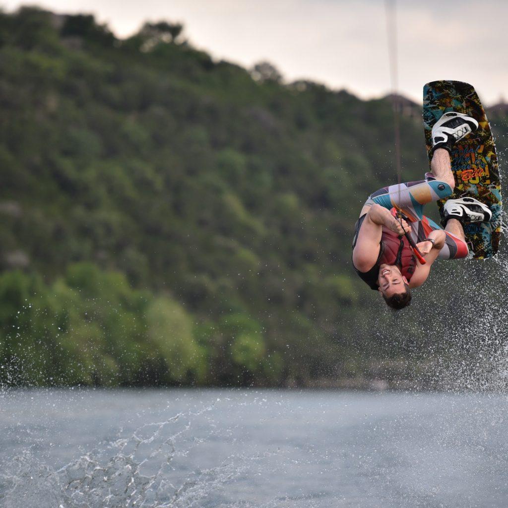 Melompat spin 180 derajat dalam wakeboarding membutuhkan konsentrasi dan ketrampilan yang tinggi.