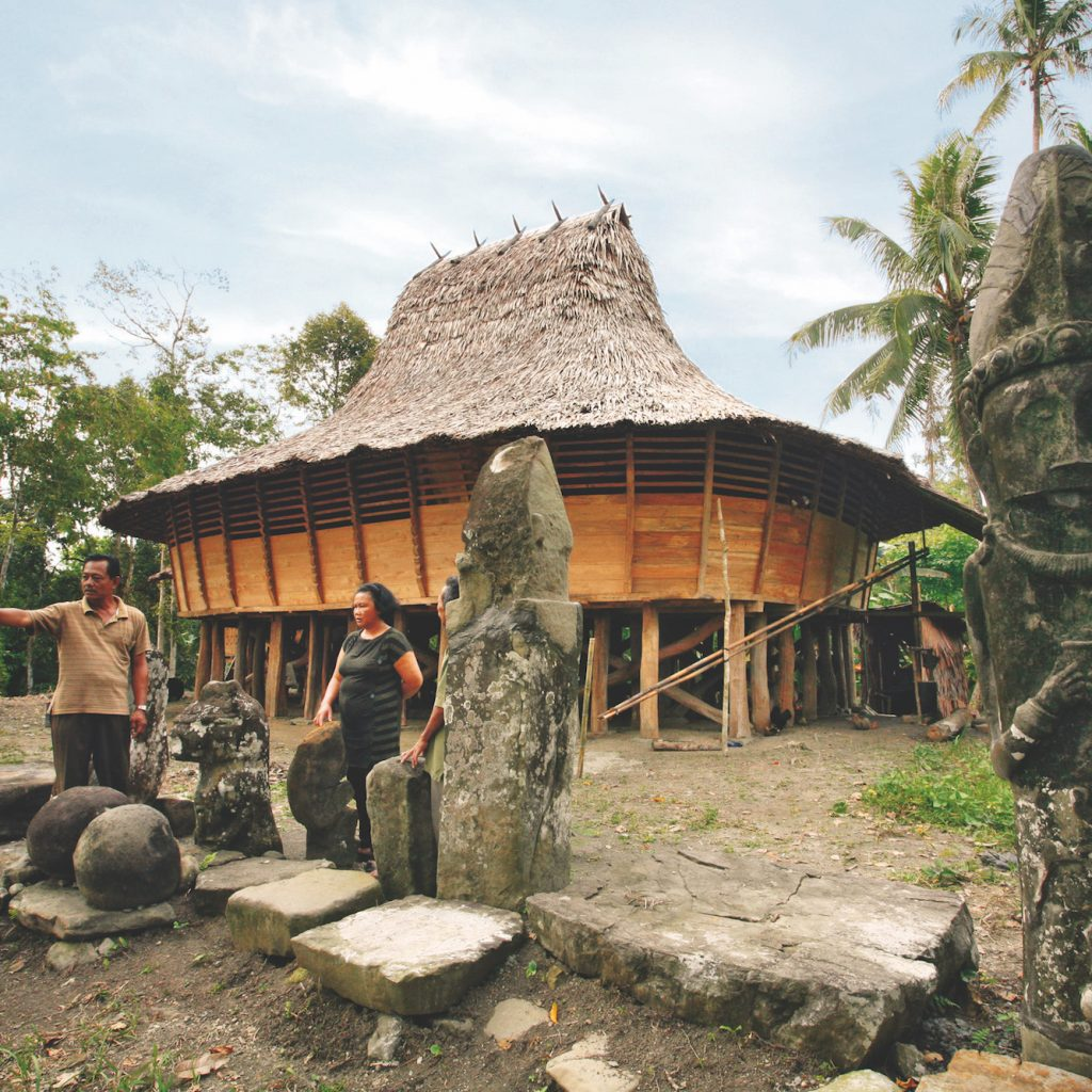 Perjalanan ke Tano Niha salah satunya menyaksikan batu peninggalan zaman Megaltih di Desa Moro'o Nias Selatan.