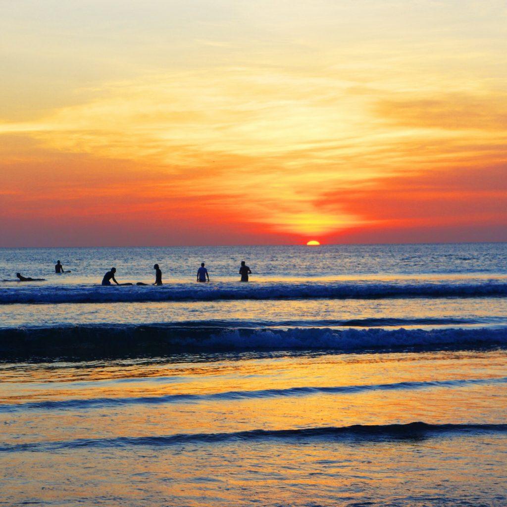 Pantai di Badung banjir sampah akibat arus air laut di musim angin barat. Sampah kadang mencapai 200 ton sehari.