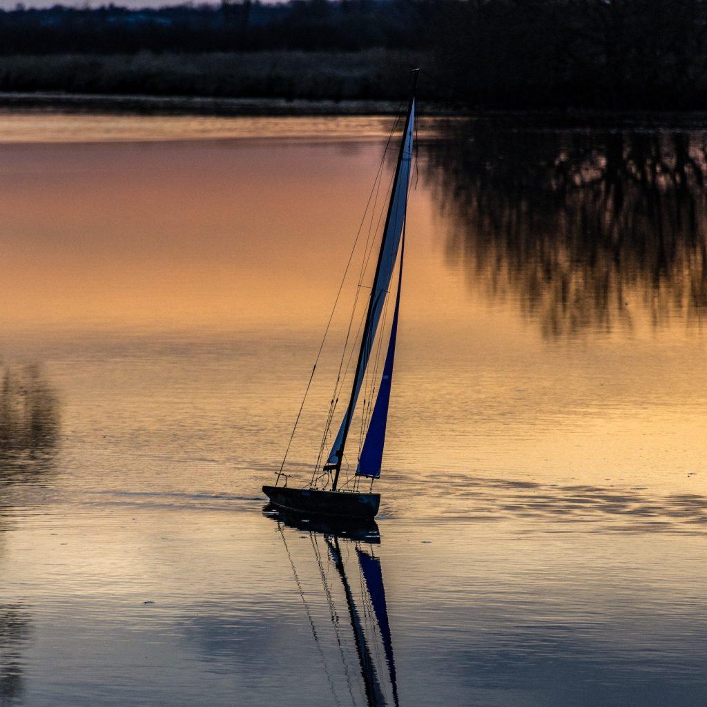 remote control boat tidak semuanya jenis racing. Ada pula yang lebih santai bermainnya.