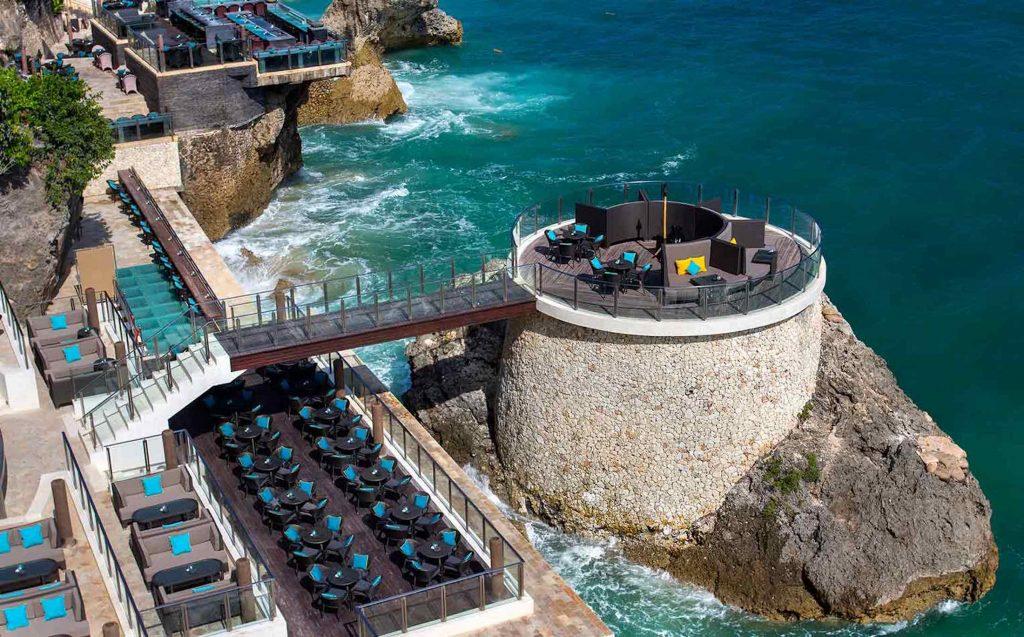 Menikmati senja di atas atap bisa juga dilakukan di Rock Bar, Ayana Resort and Spa, Bali. Posisinya tidak di atas atas, tapi harus turun di tebing.