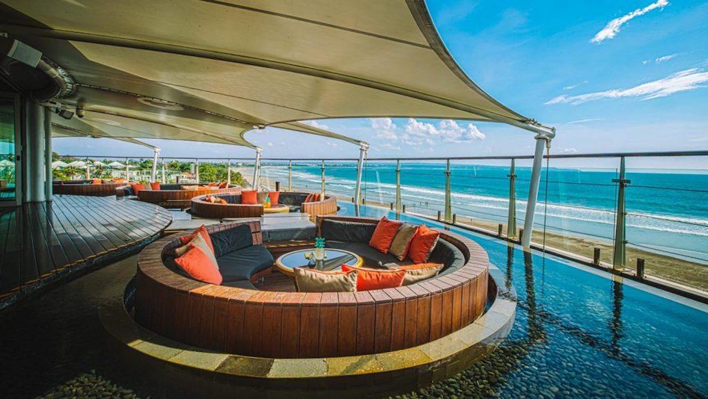 Senja di atas atap seluas 1700 meter persegi di Double Six Hotel, Seminyak Bali.