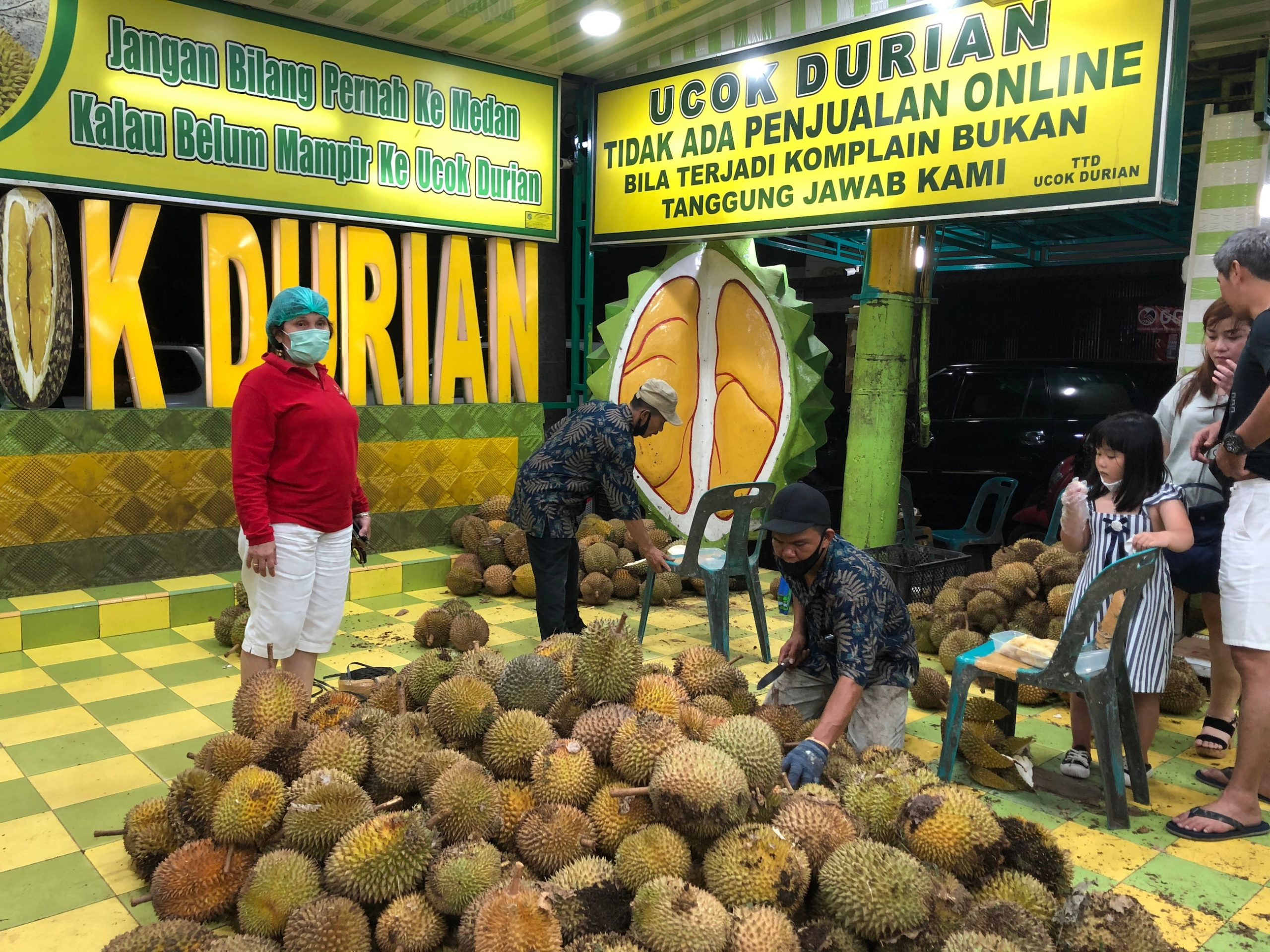 ucok durian Medan menjadi ikon kuliner kota Medan, Sumatera Utara.