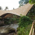 Sekolah hijau Bali membangun jembatan dari bahan bambu yang lebih ramah lingkungan.