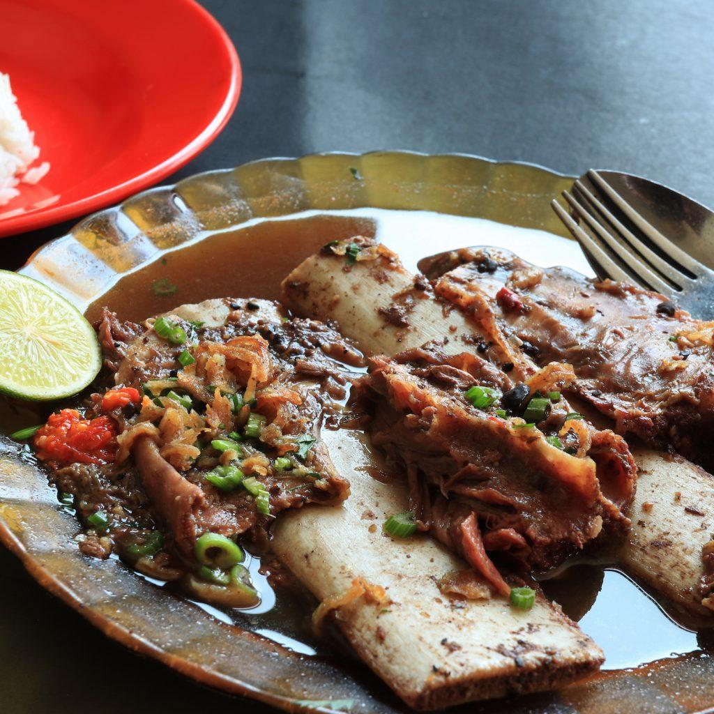 Jajanan enak Kelapa Gading kita bisa mencoba sop konro atau konro bakar Karebosi Makassar di daerah Kelapa Gading Boulevard.