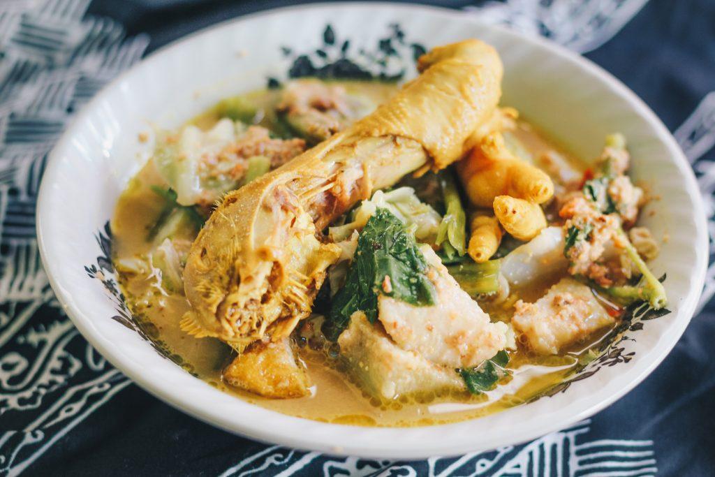 Kuliner unik Banyuwangi yang memadukan dua masakan menjadi satu. Awalnya terasa aneh, namun kemudian terasa lezatnya.