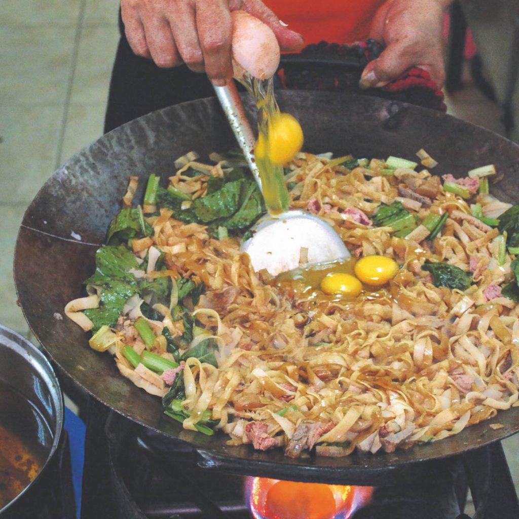 Jajanan enak Kelapa gading kita bisa mencicipi kwetiau goreng Pontianak yang legendaris di kawasan ini.