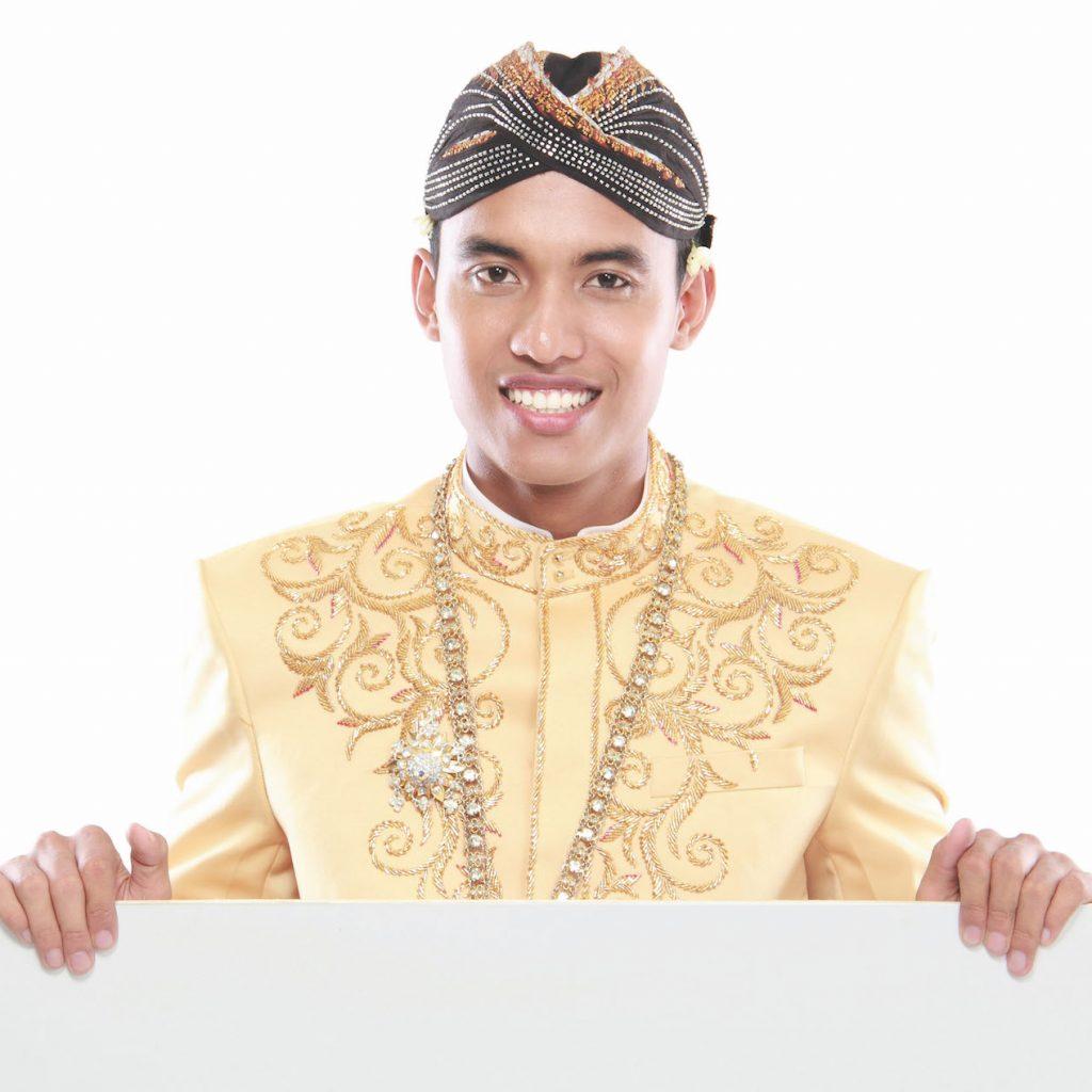 iket kepala pria menjadi ciri khas yang unik bagi pria di Indonesia.