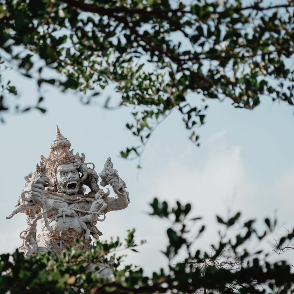 Uluwatu Bali di Kabupaten Badung memiliki pesona alam yang indah dan atraksi kesenian yang menarik.