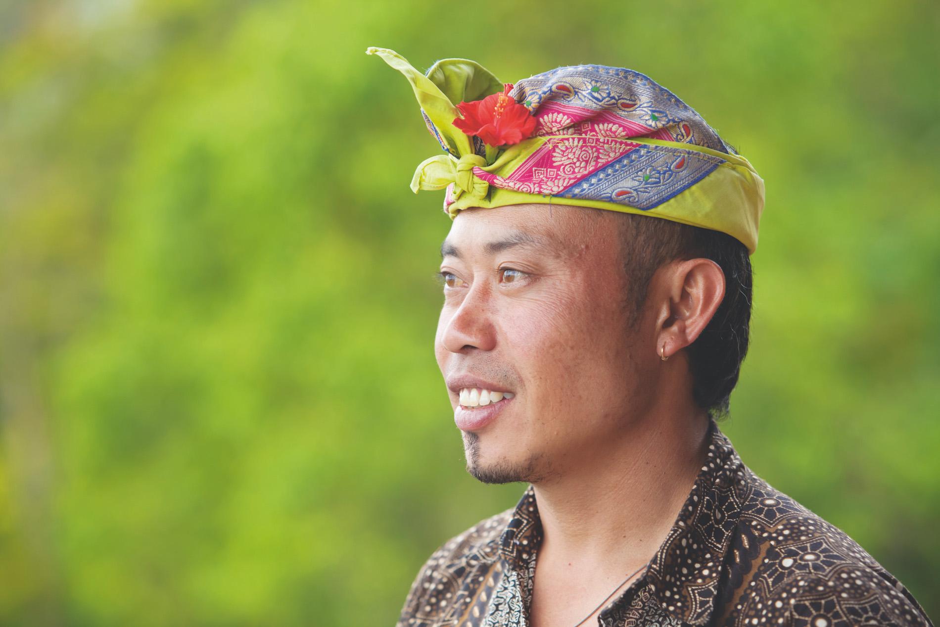 Iket kepala pria seperti sudah menjadi tradisi bagi laki-laki di Indonesia.