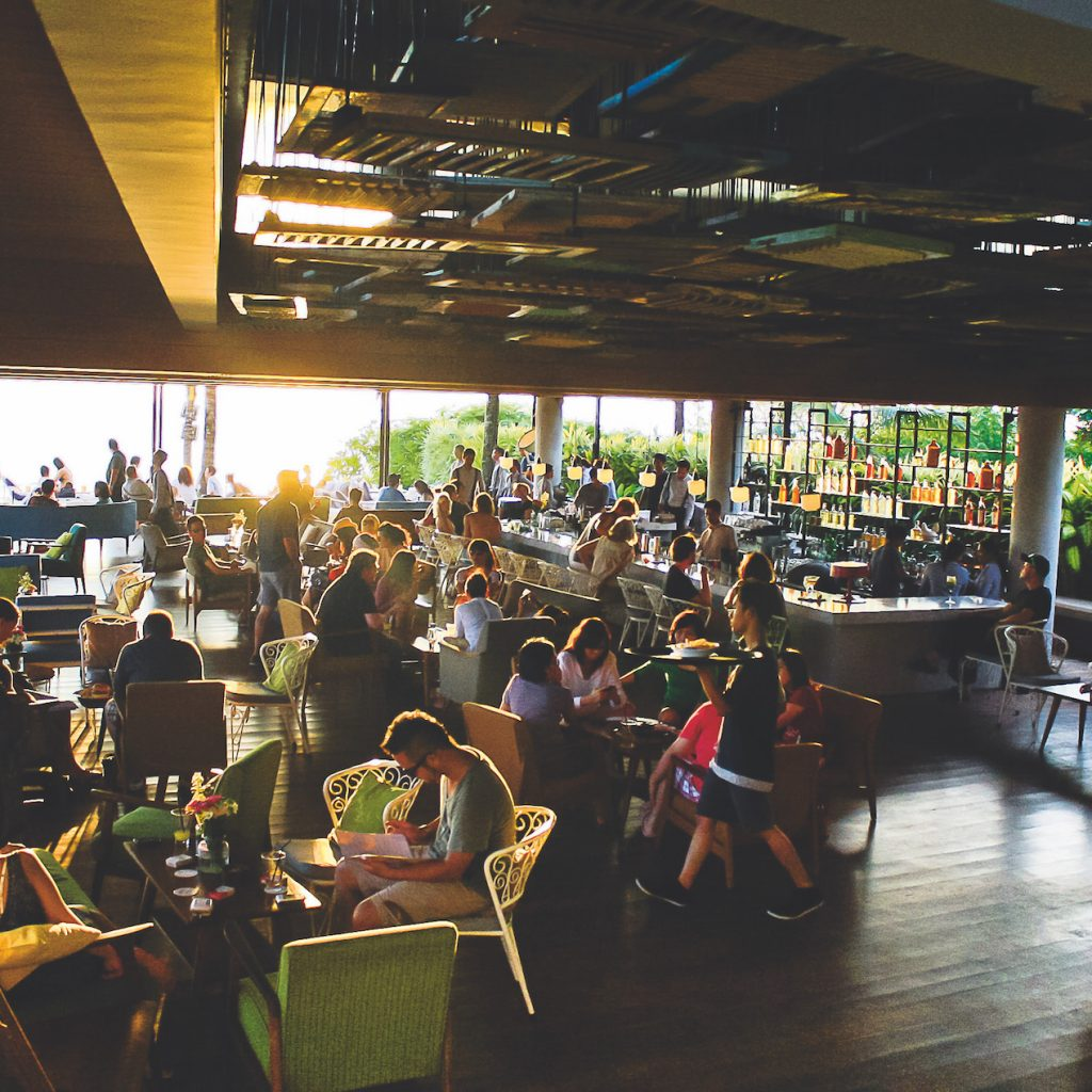 Melawat senja di Potato Head Bali, kemewahan kongkow di pantai Bali sembari menikmati matahari tenggalam.