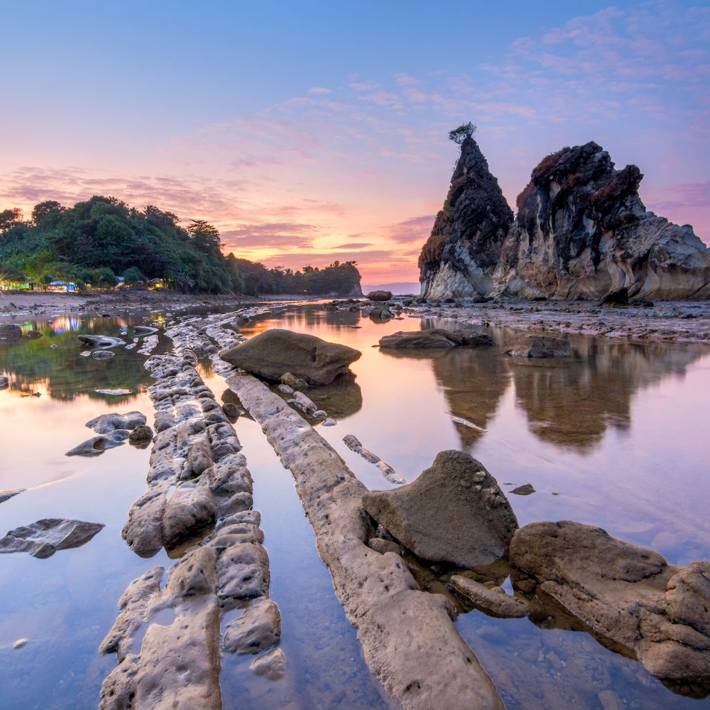 Pantai Sawarna nan Cantik merupakan pantai yang masih cukup tersembunyi meskipun sudah menjadi pilihan peselancar yang datang ke indonesia.