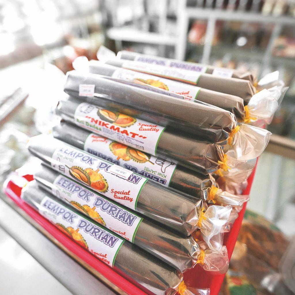 Oleh-oleh dari Jambi teryata cukup banyak macamnya, mulai dari batik hingga makanan lempok durian yang legit.