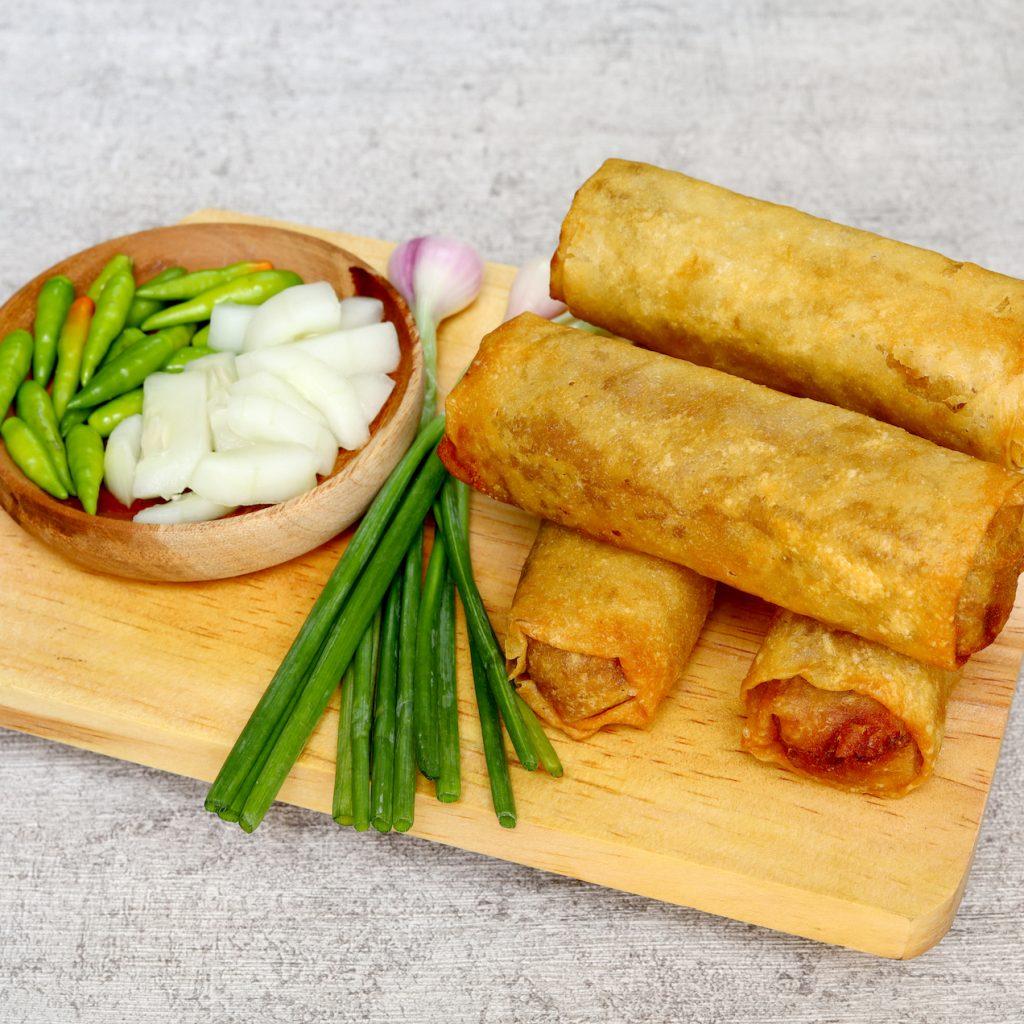 5 kudapan enak khas kota Semarang, yang paling terkenal tentu saja loenpia, makanan peranakan yang menjadi ikon kota ini.