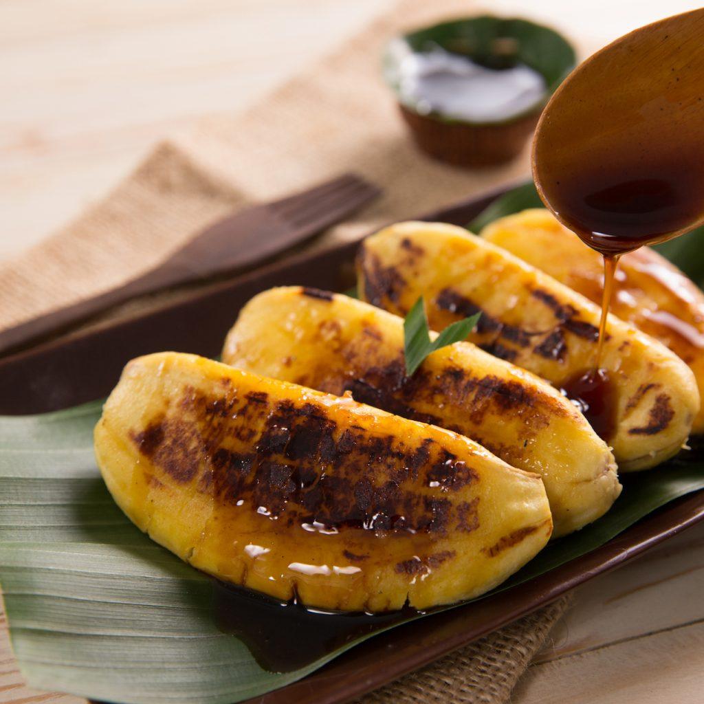 Serba pisang di Makassar salah satunya adalah pisang epe yang banyak dijumpai di kawasan pantai Losari.