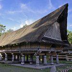 kebersamaan 4 keluarga dalam 1 rumah Bolon menjadi simbol harmoni keluarga masyarakat Batak Toba.