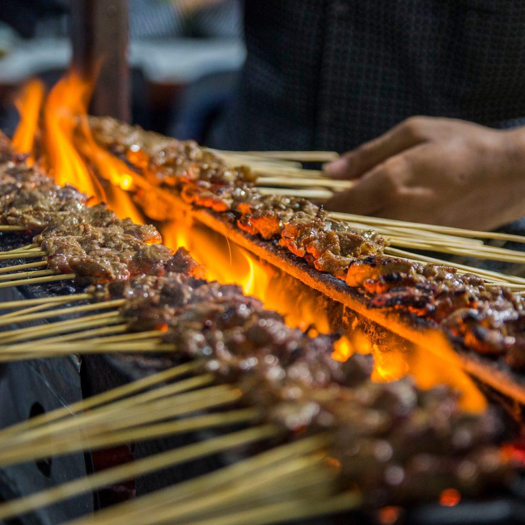 kuliner khas Aceh banyak yang berbahan daging, baik sapi, kambing maupun ayam dan itik. Misalnya sate matang.