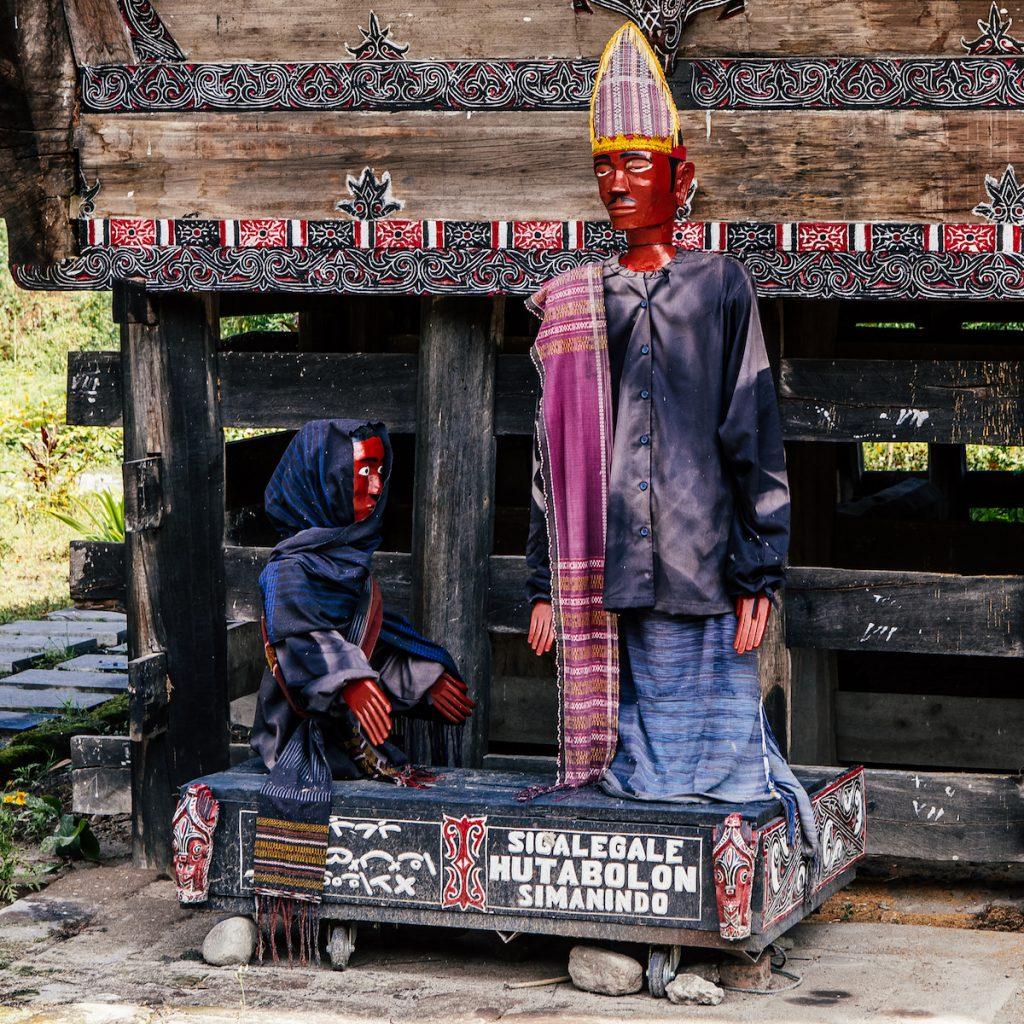 Boneka Sigale-gale yang terbuat dari kayu seukuran manusia dewasa.