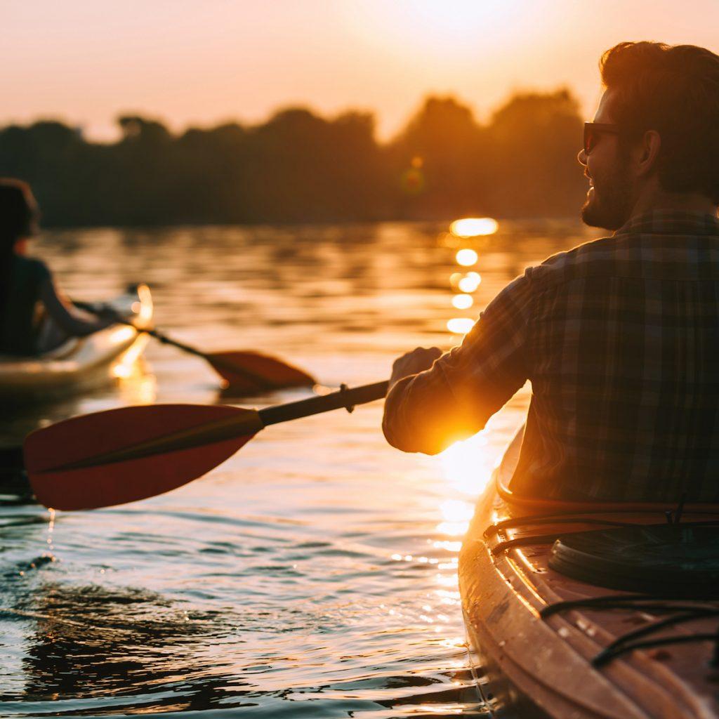 kayak arus deras menjadi salah satu pilihan berkegiatan di air.