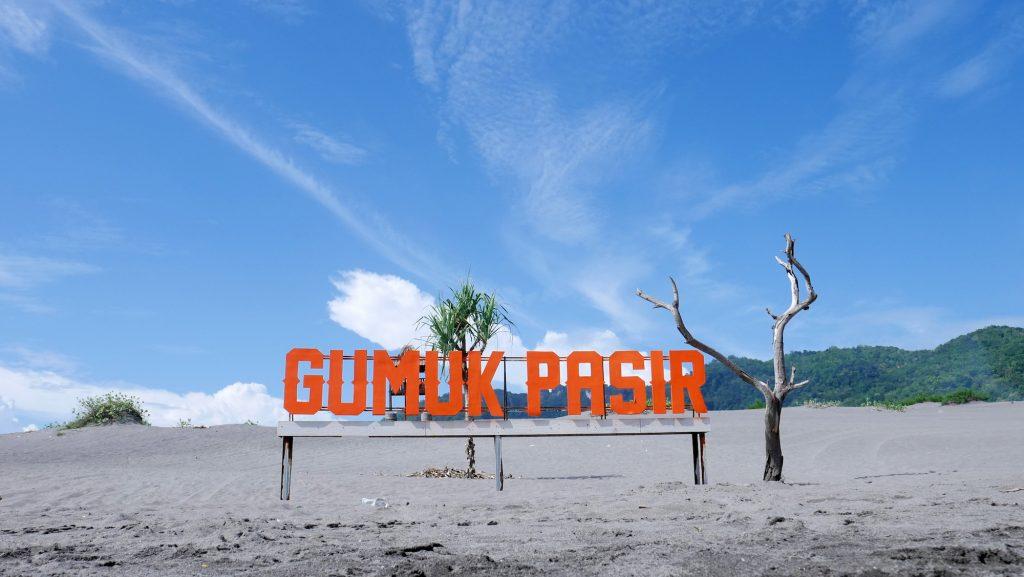 Sandboarding, meluncur di atas gumuk pasir pantai Parangkusumo Yogyakarta.