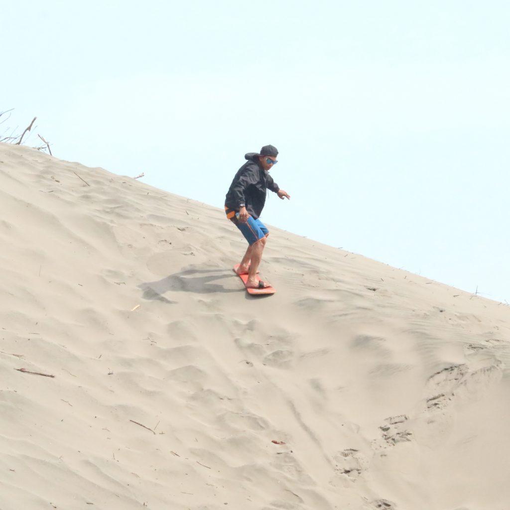 sandborading, meluncur di gumuk pasir setinggi 10 meter di pantai Parangkusumo, Yogyakarta.