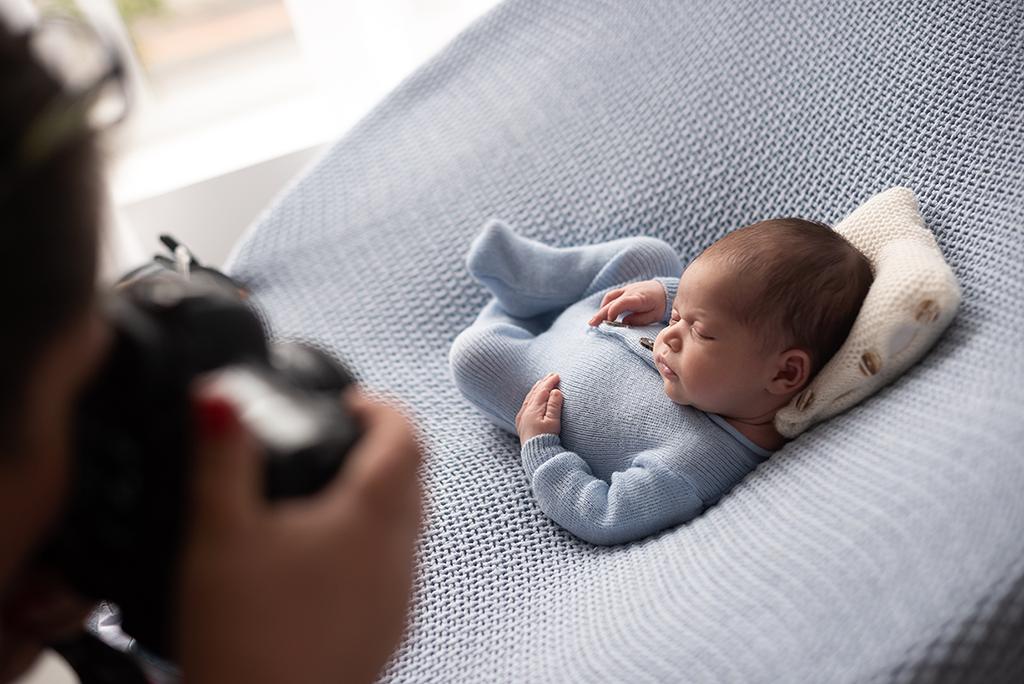 fotos de recém-nascidos, menino em sessão fotografia newborn