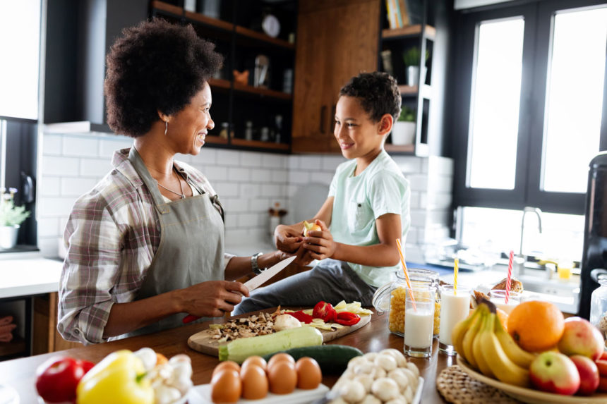 happy-mother-and-children-in-the-kitchen-healthy-f-K4G4BGN